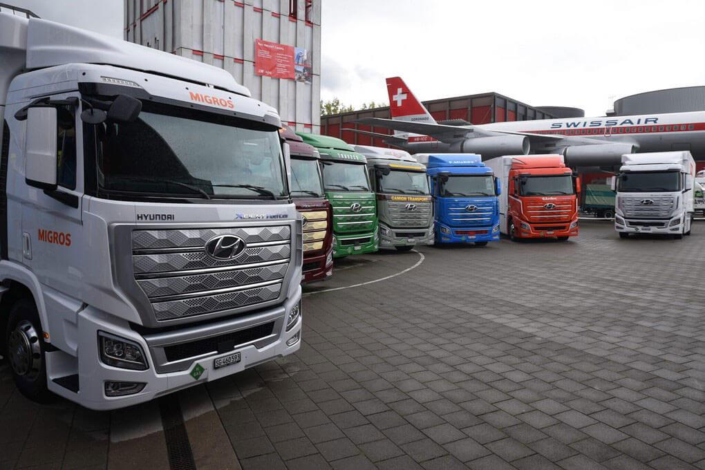 Wasserstoffmobilität: Im Oktober 2020 waren diese sieben Wasserstoff-Lkw die ersten ihrer Art – in vier Jahren sollen 1.600 auf den Schweizer Straßen unterwegs sein.