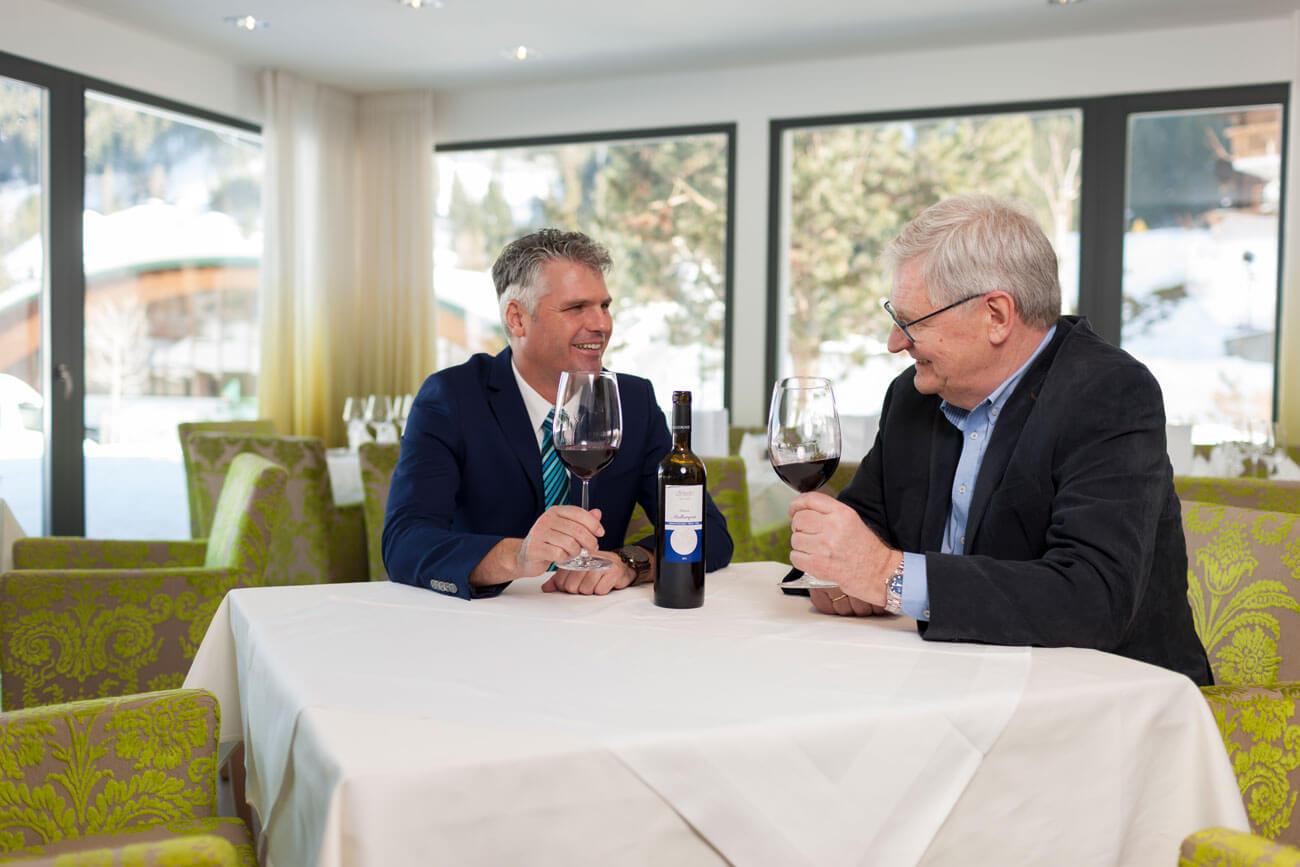 """Mit Mut und Weitsicht hat Werner Hamacher (r.) in den letzten 20 Jahren Osttirol vom """"Nachzügler"""" zur Top-Destination für Freunde des Golfsports entwickelt. Mit Peter Wibmer steht ihm ein erfahrener Touristiker als Geschäftsführer aller drei Hotels zur Seite."""