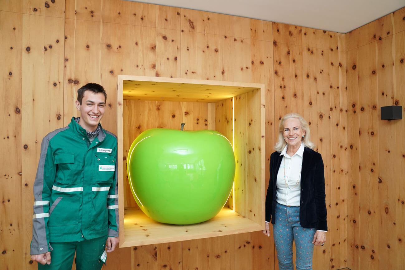 Entsorgungs- und Recyclingfachkraft ist ein Lehrberuf mit Zukunft: Laurens Pregenzer mit Geschäftsführerin Ingeborg Freudenthaler.