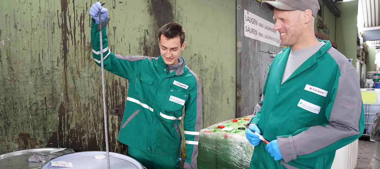 Entsorgungs- und Recyclingfachkraft Laurens Pregenzer mit seinem Lehrlingsausbildner Martin Karabec. Der Abfall wird jeden Tag gewogen, analysiert und zugeordnet.