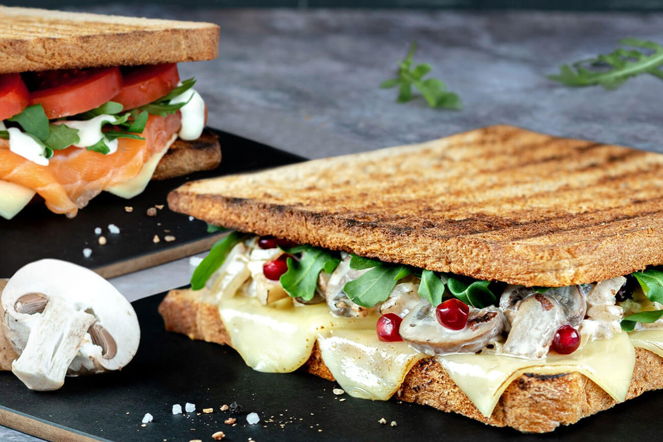 """Der Toast """"#thechampionstar"""" überzeugt neben den Champignons mit süßen Granatapfelkernen und Rucola."""