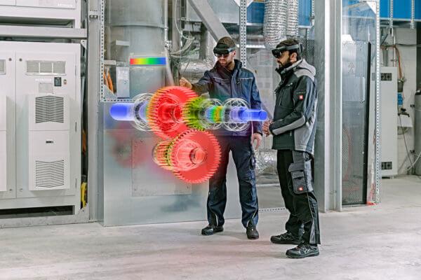 Zwei Ingenieure nutzen die Augmented Reality-Technologie von Holo-Light