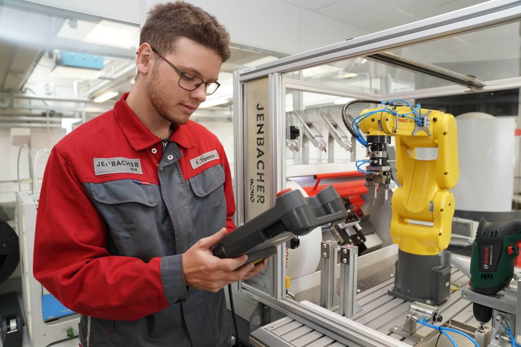Mechatroniker verbinden mechanische, elektronische und informationstechnische Teile. Florian Tipotsch bei der Programmierung eines Roboters.