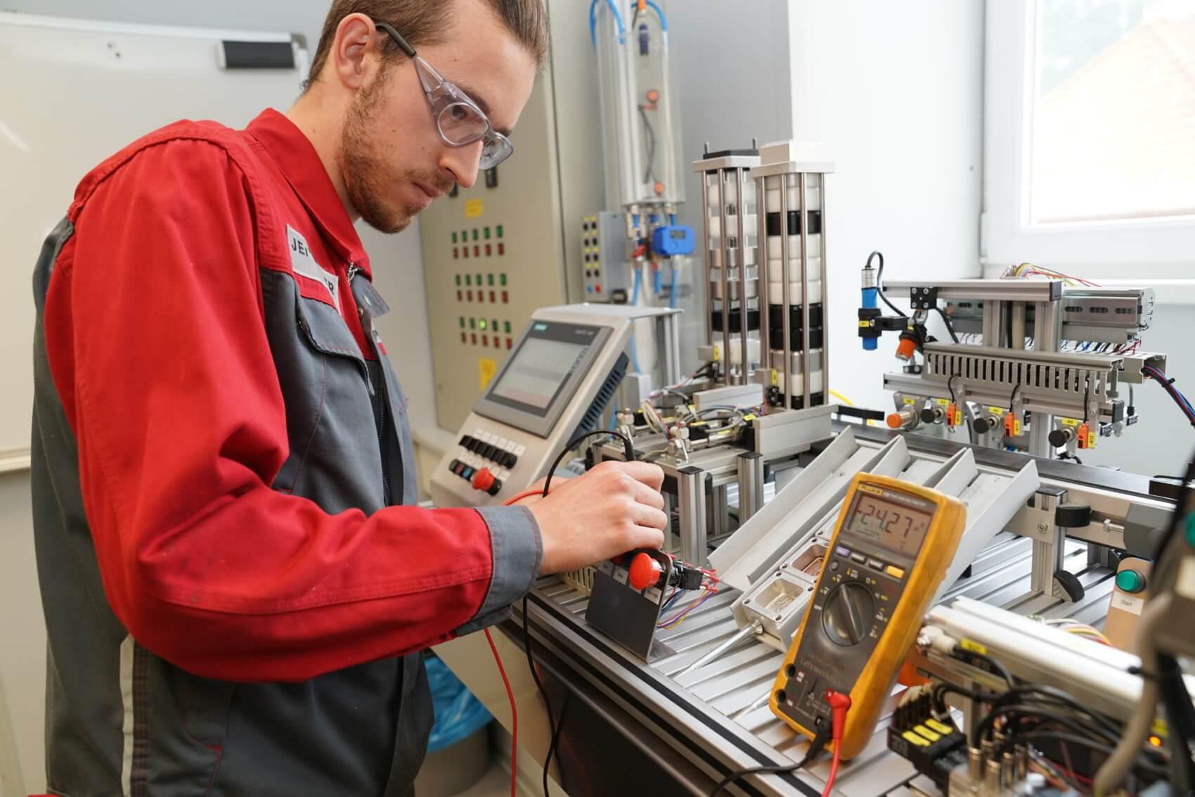 Manuel Wagner bei der Fehlersuche in der Automatisierungsanlage. Prozessgesteuerte Anlagen werden regelmäßig gewartet.