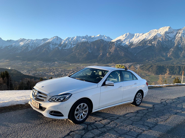 Aktuell sind bei Taxi Kratzer sieben Fahrzeuge (am Bild Mercedes) im Einsatz und das 24 Stunden und an 365 Tagen.