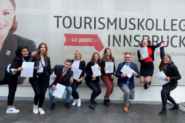 Gruppenfoto der Absolventen 2021 des Tourismuskolleg Innsbruck