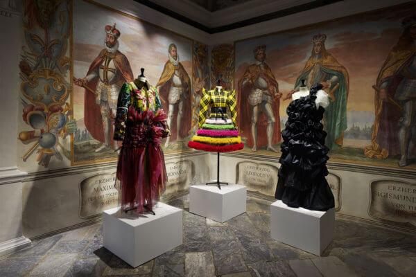 """Drei Kleidungsstücke der Tiroler Kleidermacher zu sehen in der Sondersausstellung """"Mode schauen"""" auf Schloss Ambras"""