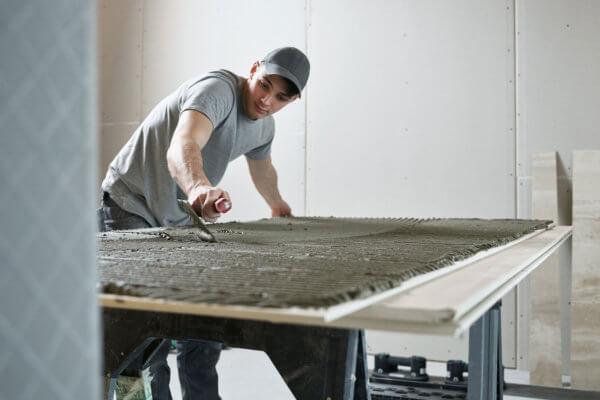 Michael Wechselberger, jüngster Meister Tirols, bei der Arbeit