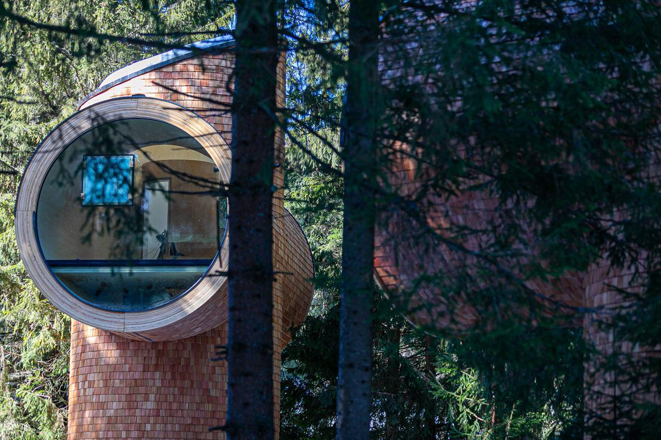 """Mitten im Wald komfortabel nächtigen kann man in den Baumhäusern """"Bert"""" von Holzbau Unterrainer nahe dem Wirtshaus Steirereck am Pogusch."""