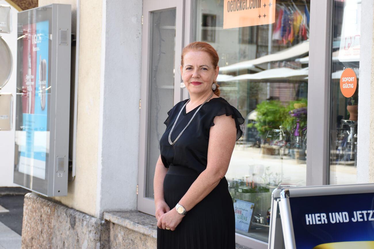 Alexandra Patricia Hagele vor ihrer Trafik Thaler in Telfs