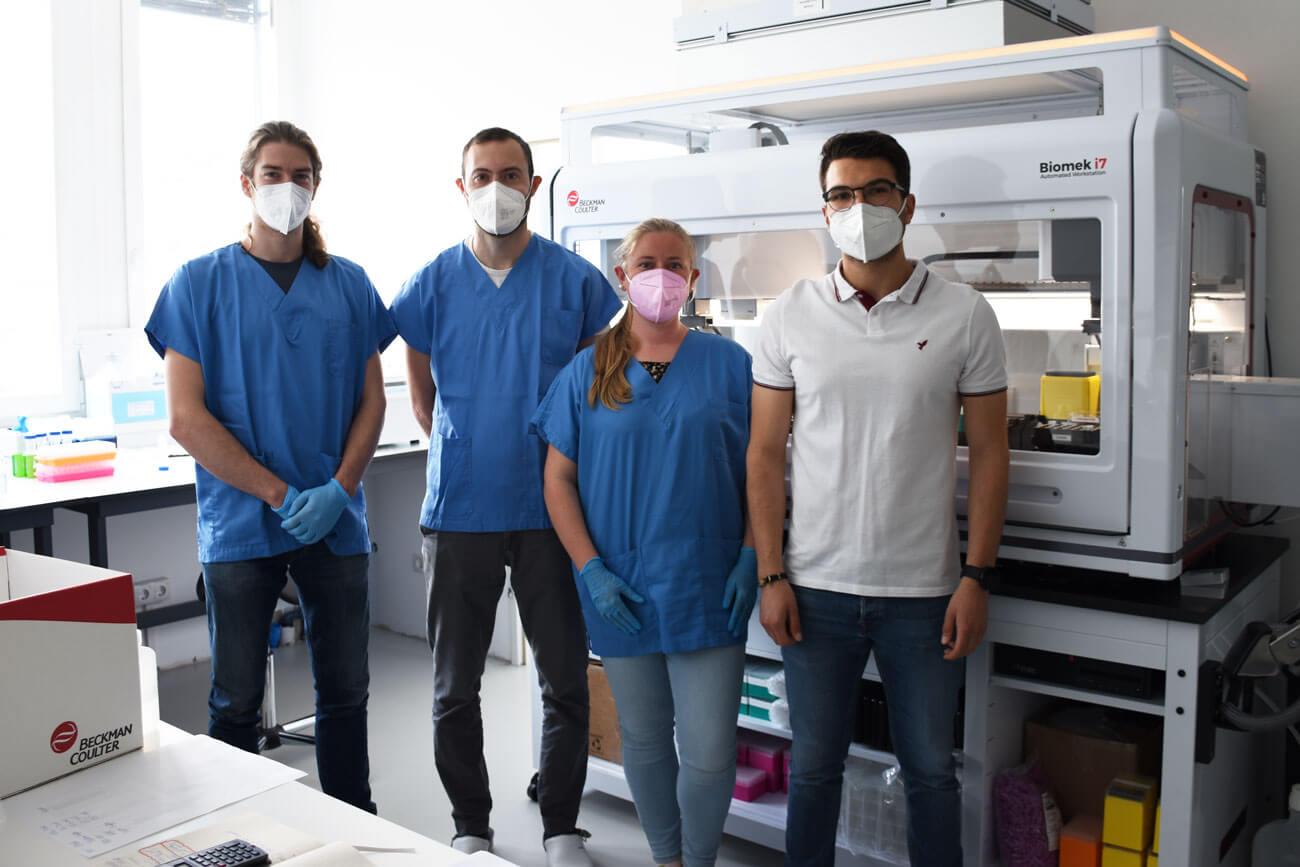 Mikrobiologe und Laborleiter Alessandro Fuchs (r.) führt aktuell gemeinsam mit seinem Team SARS-CoV-2-PCR Testungen mittels Spüllösungen durch.