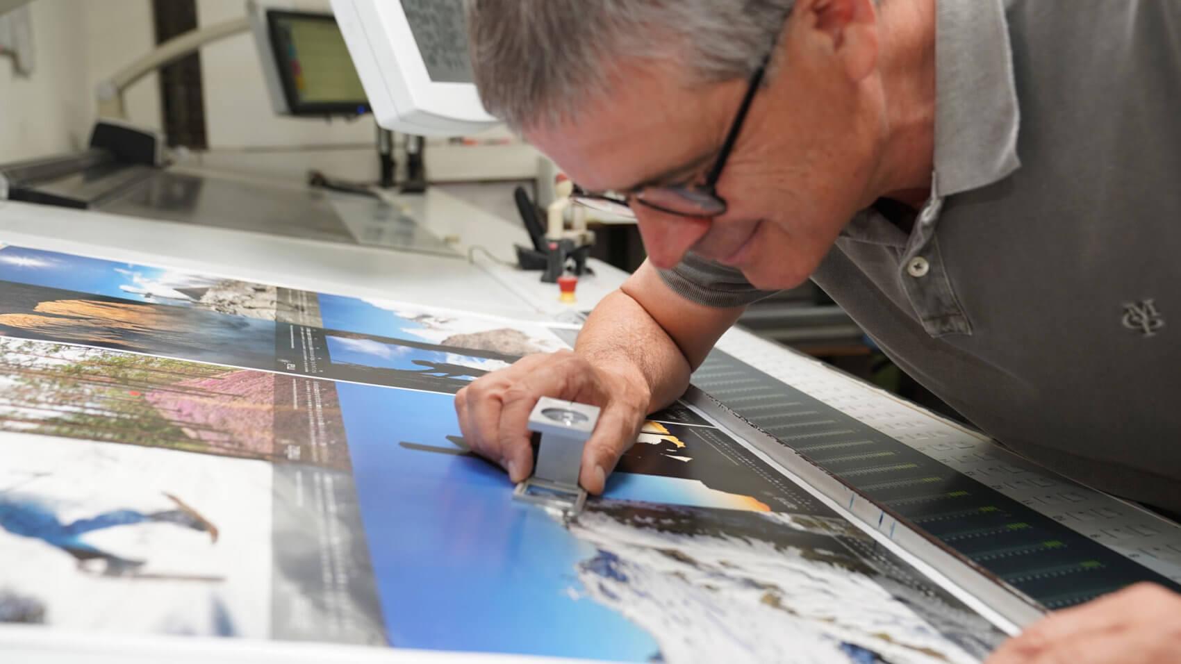 Maximale Qualität: Martin Fiegl stimmt die Farbe des Druckbogens ab.