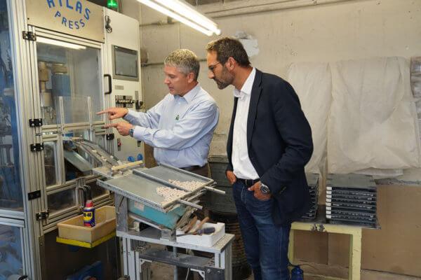 Markus Dax gewährte WK-Präsident Christoph Walser einen eindrucksvollen Einblick in die Produktion und die Qualitätssicherung seines Unternehmens Steka.