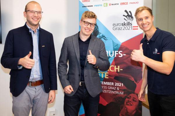 Johannes Aistleithner (Restaurant Service) und Martin Straif (Grafik Design) treten bei den EuroSkills in Graz für Tirol an. Unterstützt werden sie vom EuroSkills-Botschafter Fabian Gwiggner (v.l.).