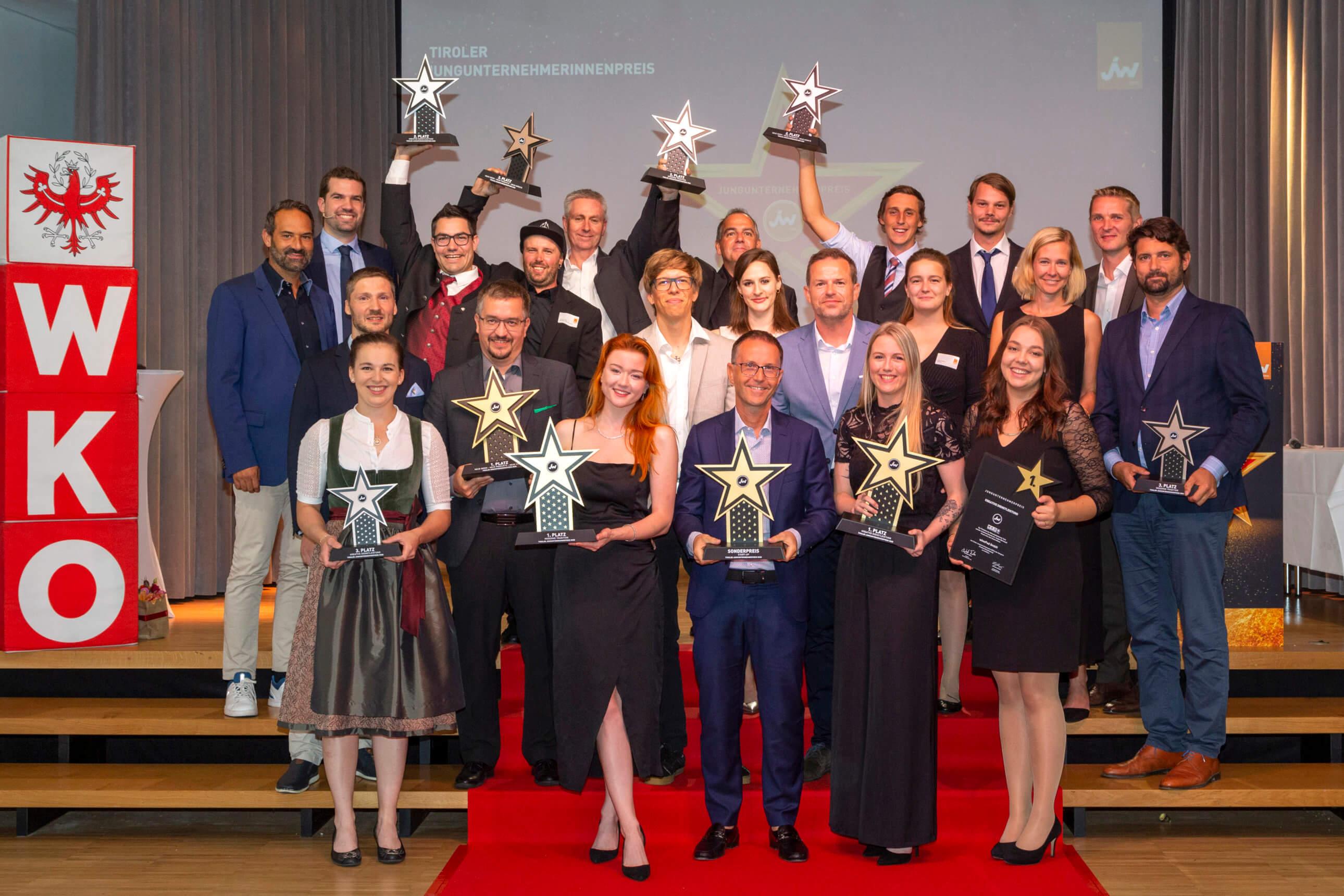 Das lange Warten hat sich gelohnt. Alle Preisträger des Tiroler Jungunternehmerpreises 2020 am walk of fame - gemeinsam mit Präsident Christoph Walser (2. Reihe ganz links), dem Landesvorsitzenden der Jungen Wirtschaft Tirol, Dominik Jenewein (dritte Reihe ganz links).