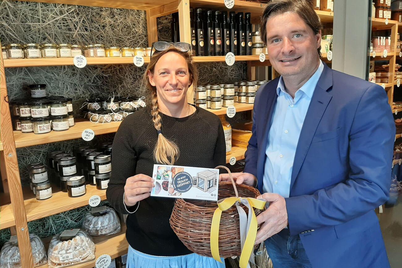 """WK-Bezirksobmann Peter Seiwald zu Besuch in """"Unsere Kiste"""" von Elisabeth Obermoser."""