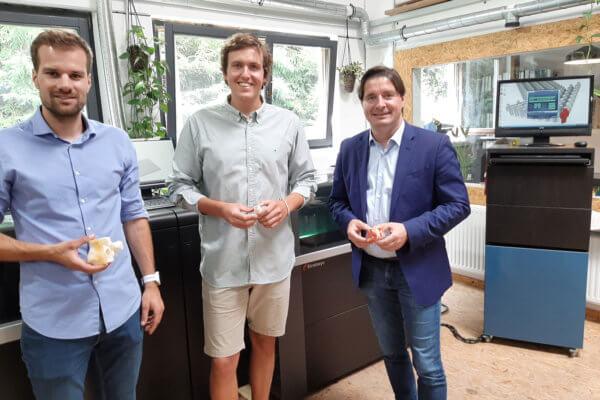 Alexander Hechenberger (Gründer der Addion GmbH) führte Bezirksobmann Peter Seiwald (r.) und Andreas Holaus (l.) in die Welt des 3D-Drucks ein.