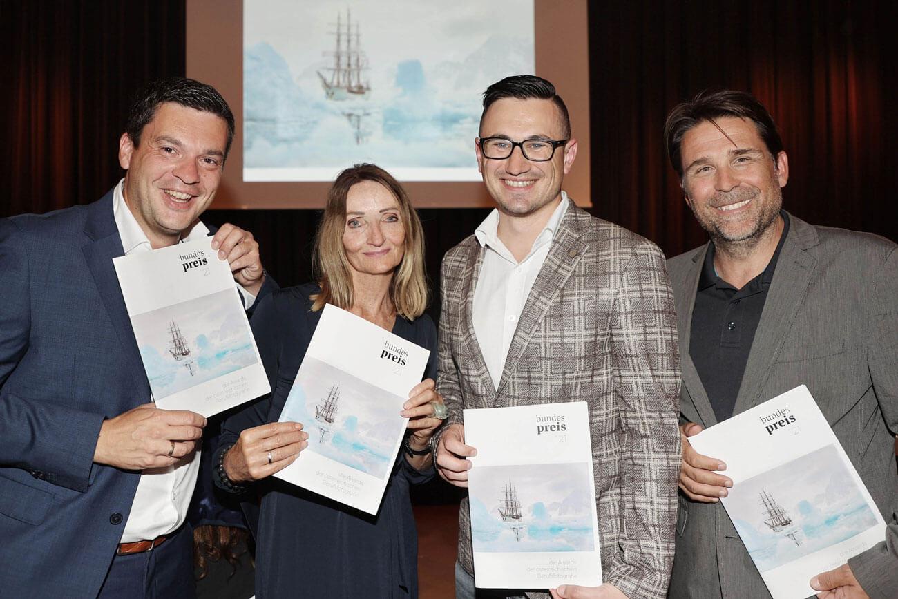Klaus Maislinger und Irene Ascher von der Tiroler Landesinnung (v.l.) sowie Reinhard Helweg (GF Landesinnung) gratulieren Bundessieger Christoph Bliem anlässlich der Preisverleihung im Casino Baden.