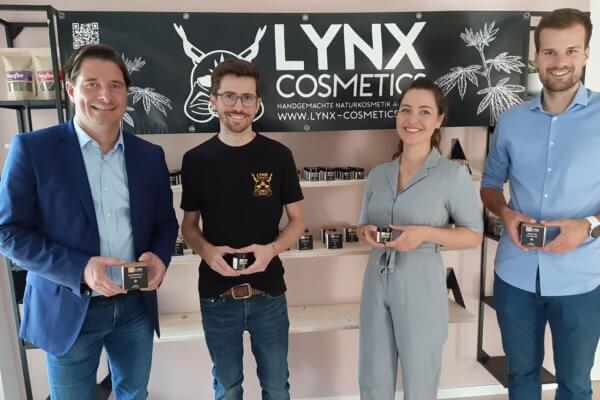 WK-Bezirksobmann Peter Seiwald (l.) und Andreas Holaus (iNK; 2.v.l.) haben die Gründerin von Lynx Cosmetics, Ellina Hornberger und Andreas Holaus, an ihrem neuen Firmenstandort im Zentrum von Fieberbrunn besucht.