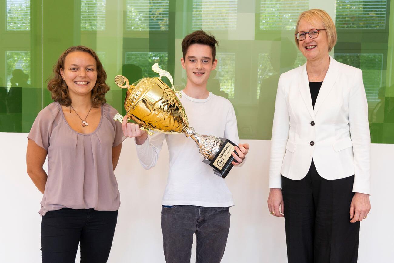 Lisa Noggler (Teamleitung Lehrlingsakademie kufgem) und Fachgruppen-Obfrau Sybille Regensberger (r.) gratulierten Jeremias Stotter zum heiß begehrten Wanderpokal.