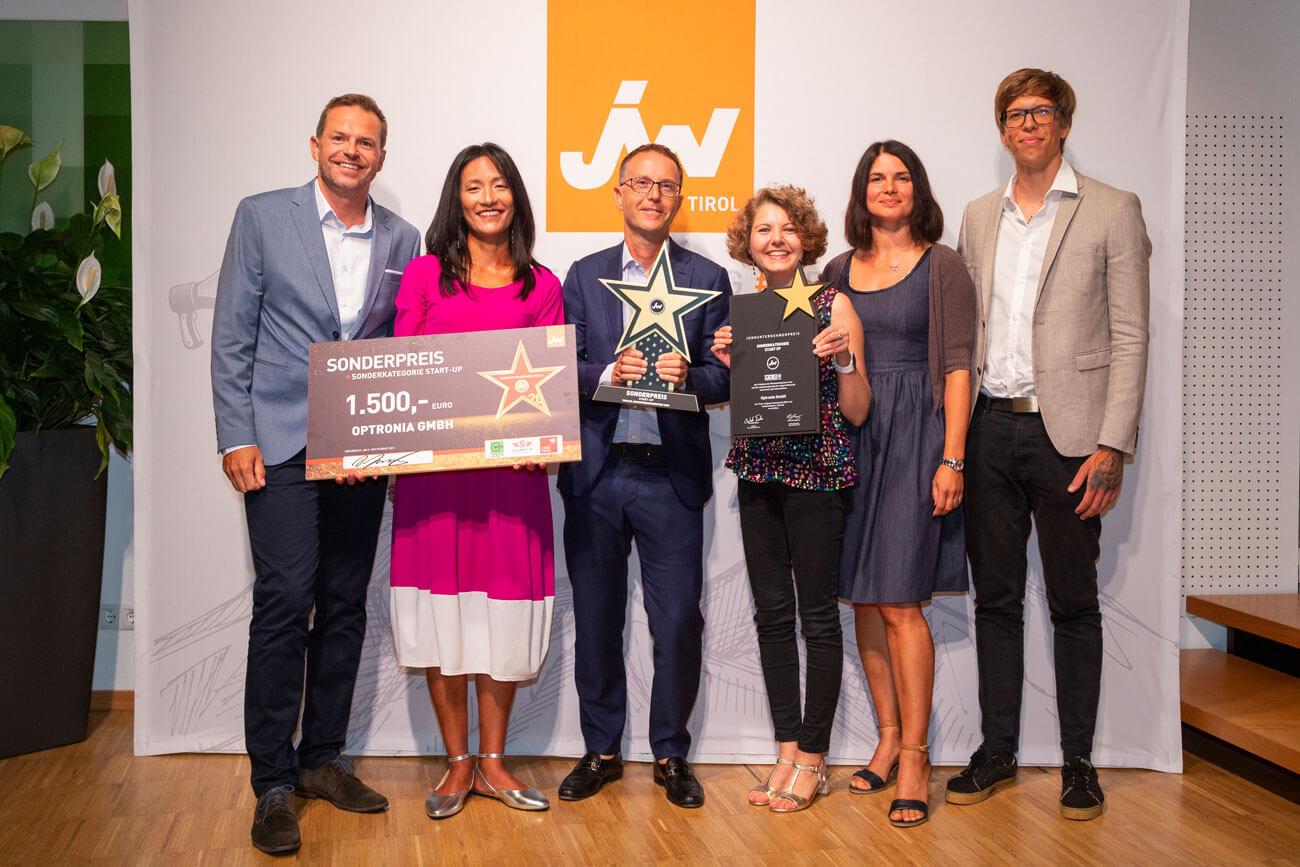 """Die Sieger der Sonderkategorie """"Startup"""" - die Optronia GmbH: Ulrich Hausmann, Amy Lum-Hausmann, Nicola Baldo, Annika Demendi, Natallia Tsap und Markus Moro (v.l.)."""
