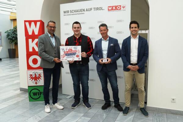 WK-Präsident Christoph Walser, Obmann der Tiroler Kinos Alexander Wurzenrainer und WK-Fachgruppengeschäftsführer Fabian Kathrein (v.l.) überreichten Lukas Zass (2.v.l.) den Ö3-Kinopass.