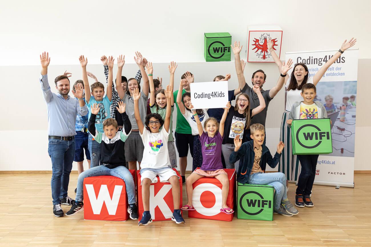 """Das Projekt """"Coding4Kids"""" macht Initiatoren, Vortragenden und teilnehmenden Kinder sichtlich gleichermaßen Spaß."""