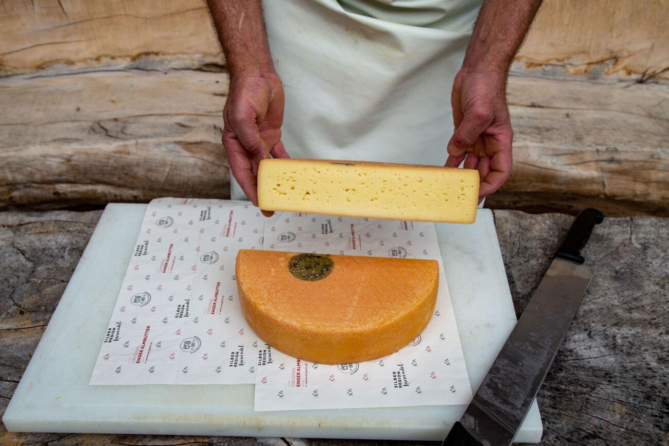 In einem großen Kupferkessel werden jährlich ca. 1.600 Laibe Käse erzeugt.