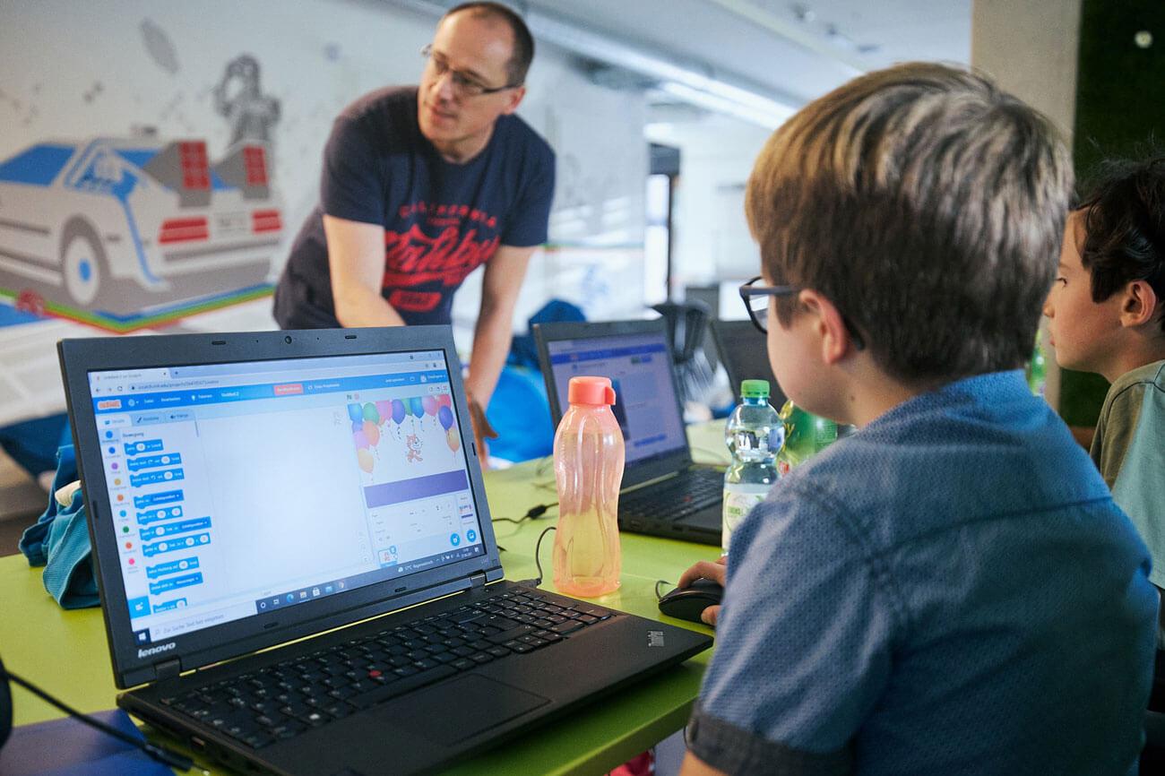 """In kostenlosen einwöchigen Kursen können 10- bis 14 Jährige bei """"Coding4Kids"""" spielerisch in die Welt der Digitalisierung eintauchen."""