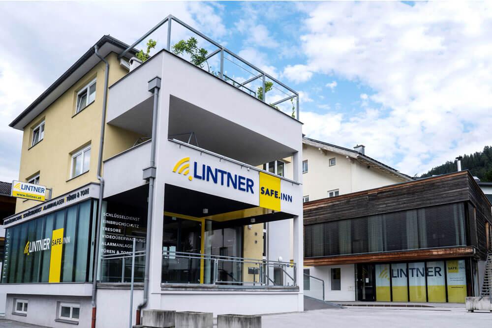 Das Betriebsgebäude und der Sicherheitsshop Safeinn in Schwaz